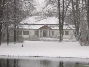 Dworek w zimę od frontu